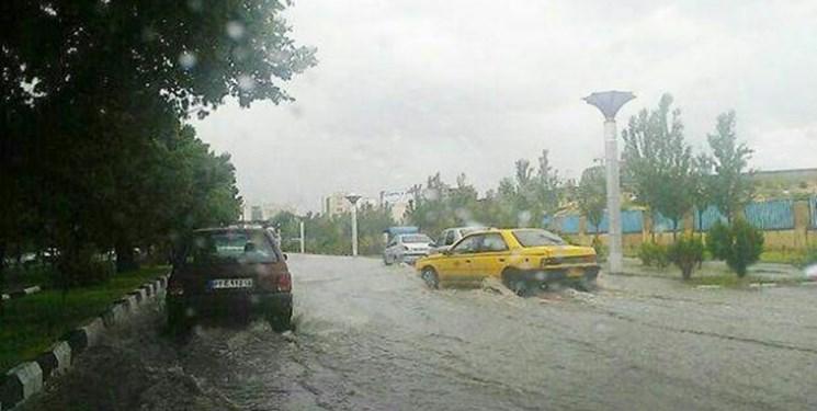 نخستین باران پاییزی جاده پلدختر- خرمآباد را مسدود کرد