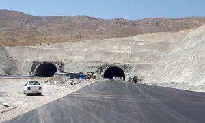 گذرگاه یا زاغه مهمات/ سیمای زمخت تونل های آزاد راه خرم آباد-اراک/مسئولین محترم لطفا طولانی ترین تونل جاده ای کشوری را زیباسازی کنید